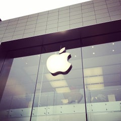 Photo taken at Apple Store, Sainte-Catherine by Breno M. on 10/29/2011
