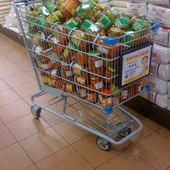 Photo taken at Foody Mart Supermarket 豐泰超級市場 by Daniel Mobile Marketing Consultant on 11/23/2011