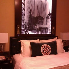 Photo taken at Algonquin Hotel Times Square, Autograph Collection by Lisa N. on 6/29/2012