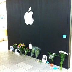 Photo taken at Apple Store, Cherry Creek by Joseph B. on 10/7/2011