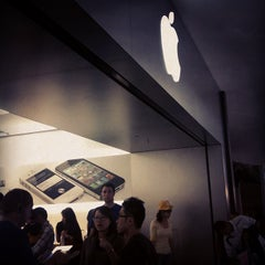 Photo taken at Apple Store, Stoneridge Mall by Madison K. on 10/16/2011