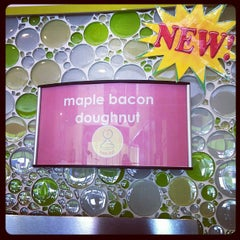 Photo taken at Menchies Frozen Yogurt by Dawn C. on 10/21/2011
