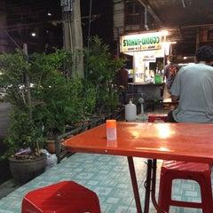 Photo taken at ราดหน้า - ผัดซีอิ๊ว ยอดผัก by Tepparit V. on 4/30/2012