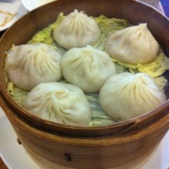 Photo taken at Nan Xiang Xiao Long Bao by Chih on 8/19/2012