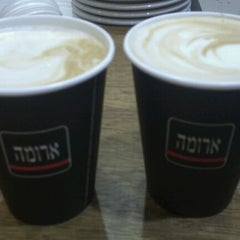 Photo taken at Aroma (ארומה) by Alex P. on 11/25/2011