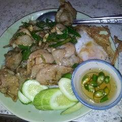 Photo taken at ร้านข้าวในตลาดอินทร์บุรีเก่า by Danai A. on 2/17/2012
