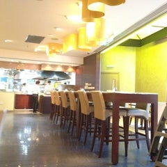 Photo taken at California Pizza Kitchen | 詞碧閣西餐厅 by Carol S. on 8/16/2012