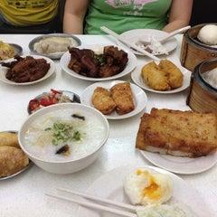 Photo taken at Swee Choon Tim Sum Restaurant 瑞春點心拉麵小籠包 by Chris K. on 8/31/2012