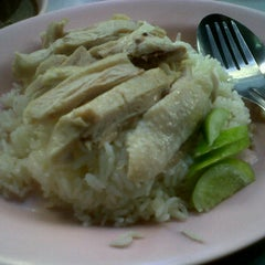 Photo taken at วาเลนข้าวมันไก่ by Case O. on 11/16/2011