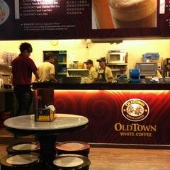 Photo taken at OldTown White Coffee by KEKO L. on 3/2/2011