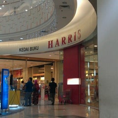 Photo taken at HARRIS Bookstore by Wee Meng on 8/25/2012