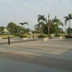Photo taken at สวนนวมินทร์ภิรมย์ (บึงลำพังพวย) Nawaminphirom Park (Bueng Lam Phang Phuai) by Nok K. on 11/21/2011