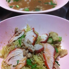 Photo taken at บะหมี่ไข่ลุงเฉื่อย (Lung Cheay Egg Noodles) by pichy p. on 3/18/2012