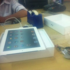 Photo taken at Apple Store by Kam P. on 5/4/2012