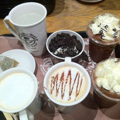Photo taken at The Coffee Bean & Tea Leaf by Bogs C. on 8/18/2012
