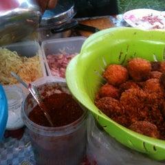 Photo taken at ตลาดนัดแยกกรุงเทพกรีฑา (Yaek Krungthep Kritha Market) by Sofia🍒 on 7/19/2012