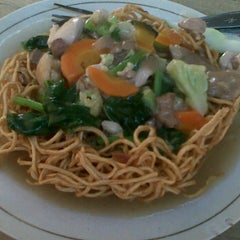 Photo taken at Lekker Joo Chinese Foods by Yuniar F. on 3/27/2012