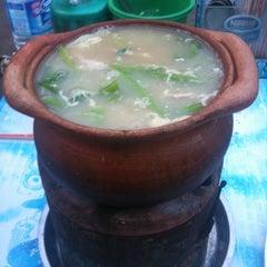 Photo taken at อร่อยจังหมูจุ่ม by Saran R. on 8/5/2012