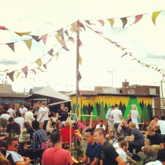 Photo taken at Queen of Hoxton by Rebiscoito on 7/28/2012