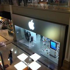 Photo taken at Apple Store, Bridgewater by Ron S. on 1/9/2011