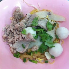 Photo taken at ก๋วยเตี๋ยว วิชัย (Wichai Noodle) by Poiy H. on 7/20/2012