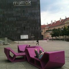 Das Foto wurde bei MuseumsQuartier von Roxana E. am 6/20/2012 aufgenommen