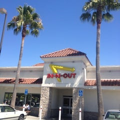 Photo taken at In-N-Out Burger by Harry W. on 8/11/2012
