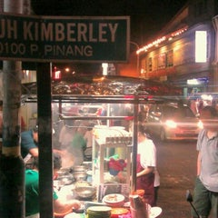 Photo taken at Kimberley St. (汕头街) Hawker Stalls by Yussof C. on 3/10/2012