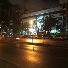 Photo taken at สถานีตำรวจนครบาลพญาไท (Phayathai Police Station) by Pitz Z. on 5/3/2012