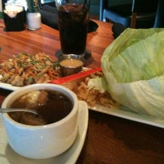 Photo taken at Houlihan's Kansas City North by Ron D. on 9/18/2011