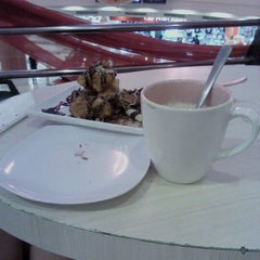 Photo taken at Yogurberry by Octavia Eclesia M. on 1/26/2012