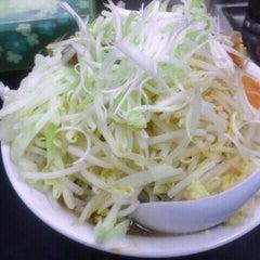 Photo taken at らーめん ぎょうてん屋 町田店 by Daisuke E. on 9/11/2011