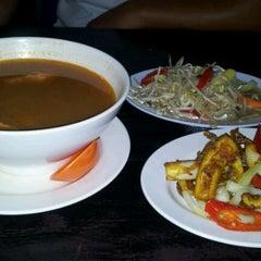 Photo taken at D'Lengkuas Restoran Selera Kampung by Adie A. on 10/14/2011