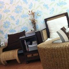 Photo taken at กาแฟราชดำเนิน (Ratchadumnern Coffee) by aunny Y. on 3/23/2012