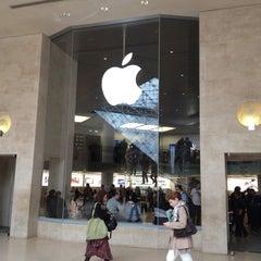 Photo taken at Apple Store Carrousel du Louvre by B@n Z. on 5/11/2012