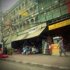 Photo taken at ตลาดรามอินทรา กม.4 (Rarm Intra km.4 Market) by orawan m. on 9/21/2011