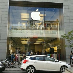 Photo taken at Apple Store, Sainte-Catherine by Christophe L. on 9/17/2011