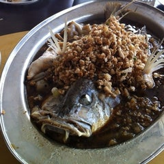 Photo taken at Cia Xiang Seafood Restaurant (佳鄉海鮮蟹皇飯) by Mehikari00 on 8/3/2012