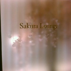 Photo taken at 国際線 JAL サクララウンジ (JAL Sakura Lounge - International Terminal) by Yotch G. on 6/25/2012