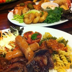 Photo taken at Chokchai Steak House (โชคชัยสเต็คเฮ้าส์) by Mantana N. on 8/4/2012