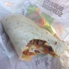 Photo taken at Taco Bell / Pizza Hut by Jerlyn Amolato G. on 5/25/2012