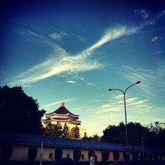 Photo taken at 中正紀念堂 Chiang Kai-Shek Memorial Hall by Burgess on 9/2/2012