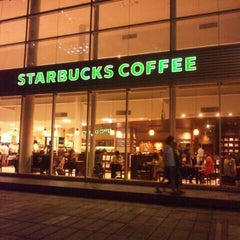 Photo taken at Starbucks Coffee TSUTAYA 横浜みなとみらい店 by Daton F. on 9/10/2011