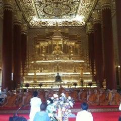 Photo taken at วัดเทพศิรินทราวาส ราชวรวิหาร (Wat Debsirin) by Phu Y. on 9/1/2012