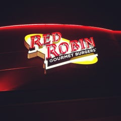 Photo taken at Red Robin Gourmet Burgers by Jonathan L. on 12/3/2011