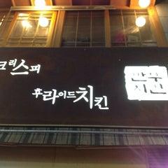 Photo taken at 깐부치킨 kkanbu chicken by 정재성 on 12/8/2011