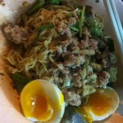 Photo taken at บะหมี่ไข่ลุงเฉื่อย (Lung Cheay Egg Noodles) by ekaphap d. on 1/29/2012