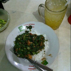 Photo taken at Nasi sayur 'Pak Djo' by Junardi H. on 6/7/2012