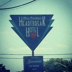 Photo taken at Elvis Presley's Heartbreak Hotel by Alyssa A. on 8/11/2012