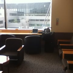 Photo taken at 国際線 JAL サクララウンジ (JAL Sakura Lounge - International Terminal) by mic05 on 4/2/2012
